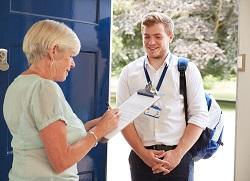 jongeman aan deur voor enquete